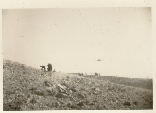 110-On avance courbés, avons du essuyer quelques tirs, l'hélico surveille