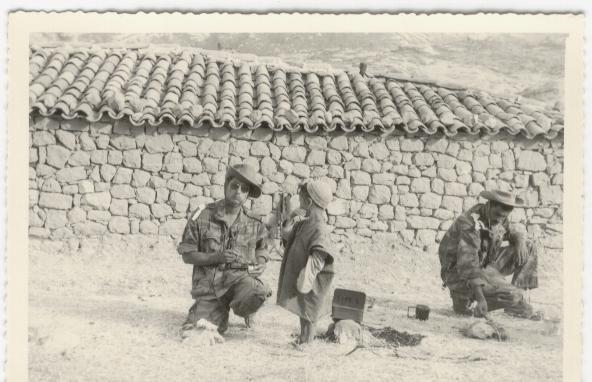 77- S-Lt Cordonnier chef de section avec le gamin, j'allume un petit feu pour la graille