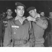 Remise Fourragères 71/2   Lt Perrais , le Capitaine Gehendges au second plan